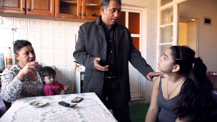 Leonarda Dibrani (d) avec sa famille, le 19 octobre 2013, à Mitrovica (Kosovo). (ARMEND NIMANI / AFP)