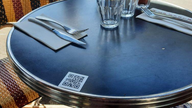 Le gouvernement envisage la mise en place d'un QR code à flasher à l'entrée des cafés et restaurants pour leur réouverture dans le contexte du Covid-19 mi-mai 2021. Photo d'illustration. (CLÉMENCE GOURDON NEGRINI / FRANCE-BLEU PARIS)