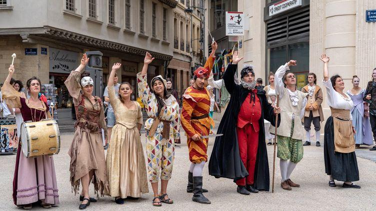 Des comédiens dans les rues du festival d'Avignon. (RAPHAËL PUEYO / MAXPPP)