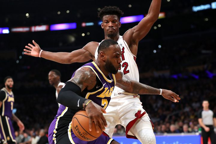 Jimmy Butler (Miami Heat) tente d'arrêter LeBron James (Los Angeles Lakers) (SEAN M. HAFFEY / GETTY IMAGES NORTH AMERICA)