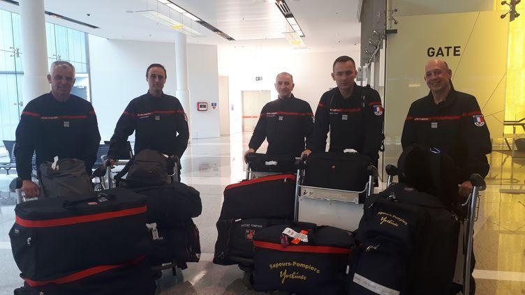 Les cinq pompiers missionnés par la France pour aider l'Australie. (GAELE JOLY / RADIO FRANCE)