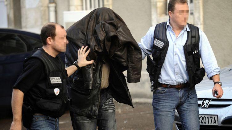 L'arrivée d'un des quatre accuséssoupçonnés d'avoir aidé Jean-Pierre Treiber,au Palais de Justice d'Auxerre, le 22 novembre 2009. (AFP)