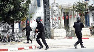 Les forces de sécurité tunisiennes se déploient après l'attaque menée au musée du Bardo, le 18 mars 2015, à Tunis. Dix-neuf personnes, dont deux assaillants, sont mortes. (FETHI BELAID / AFP)