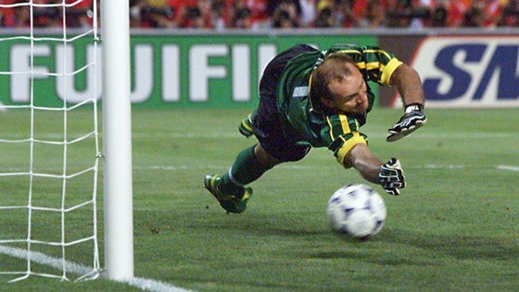 Claudio Taffarel s'interpose lors de la séance des tirs au but, en demi-finale de la Coupe du monde 1998 (ANTONIO SCORZA / AFP)