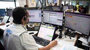 Un opérateur travaille au centre de régulation du Samu 94, à l'hôpital Henri Mondor de Créteil (Val-de-Marne). (THOMAS SAMSON / AFP)