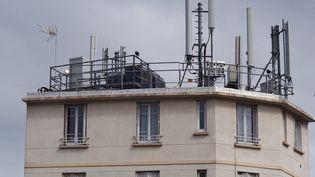Antennes relais pour la téléphonie mobile sur un imeuble à Gentilly, le 07 septembre 2013. (BRUNO LEVESQUE / MAXPPP)