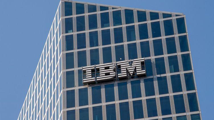 Lelogo d'IBM sur la façade d'un immeuble de Parkstadt Shwabing, au nord deMunich, en Allemagne. (PETER KNEFFEL / DPA)