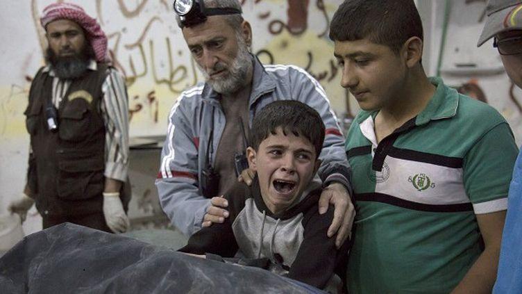 Un enfant d'Alep pleurant la mort d'un proche après un bombardement  (Karam Al_Masri / AFP)
