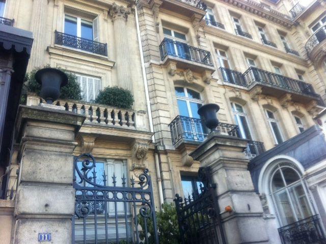 Quai Anatole France, dans une des cours d'immeuble, le QG de campagne de Nicolas Dupont-Aignan (AB)
