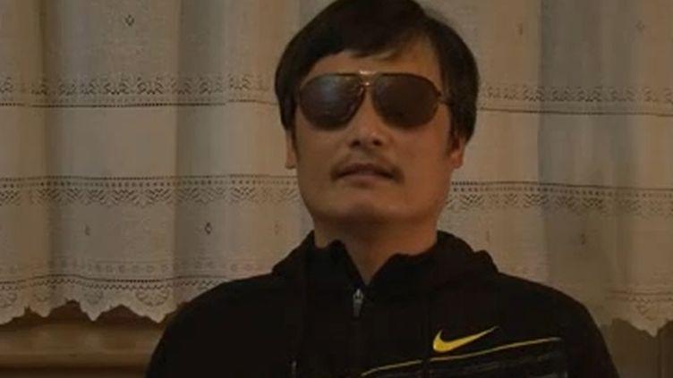 Le dissident chinois aveugleChen Guangcheng, le 27 avril 2012 dans une vidéo où il explique sa fuite de son domicile où il était assigné à résidence. (YOUTUBE / AFP)