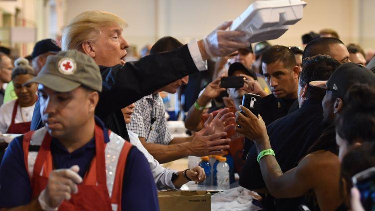 Donald Trump distribue des hot-dogs à Houston (Texas), samedi 2 septembre 2017. (NICHOLAS KAMM / AFP)