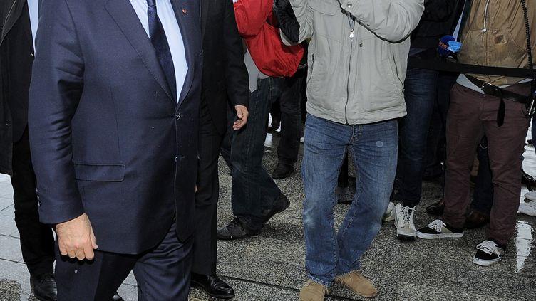 Les journalistes accueillent François Hollande, lors de son arrivée sur le site ArcelorMittal à Florange (Moselle), le 26 septembre 2013. (NICOLAS BOUVY / AFP)
