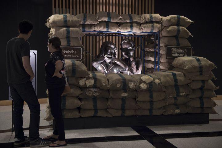 Une autre sculpture dénonçant la corruption.  (NICOLAS ASFOURI / AFP)