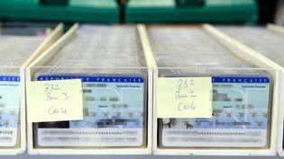 Des cartes d'identité françaises en attente de vérification à Limoges (Haute-Vienne), le 25 février 2010. (JEAN-PIERRE MULLER / AFP)
