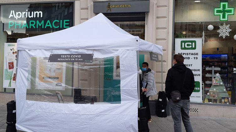 Plusieurs pharmacies de Lille proposent des tests Covid antigéniques rapides, dont celle-ci rue Faidherbe. (CÉCILE BIDAULT / RADIOFRANCE)