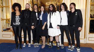 La ministre de la Culture Aurélie Filippetti (4e D) et les membres du groupe Shaka Ponk au ministère de la Culture à Paris, le 18 mars 2014. (FRANCOIS GUILLOT / AFP)