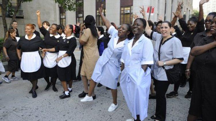 Les membres du Syndicat des travailleurs de New York Hôtel manifestent peu avant la comparution de DSK au tribunal (PHOTO AFP / Feferberg ERIC)