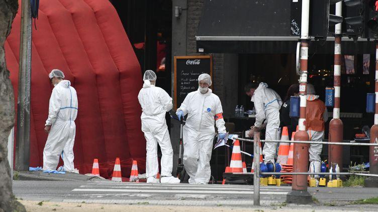 Des enquêteurs sur les lieux de la fusillade à Liège (Belgique), le 29 mai 2018. (ERIC LALMAND / BELGA MAG / AFP)