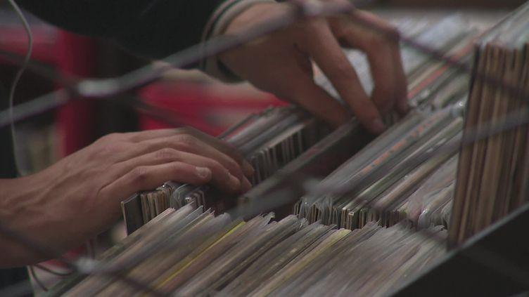 De plus en plus de mélomanes viennent acheter des vinyles pour Noël. (FRANCEINFO)