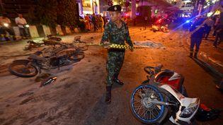 Un soldat thaïlandais sur les lieux de l'attentat de Bangkok (Thaïlande), le 17 août 2015. (PORNCHAI KITTIWONGSAKUL / AFP)