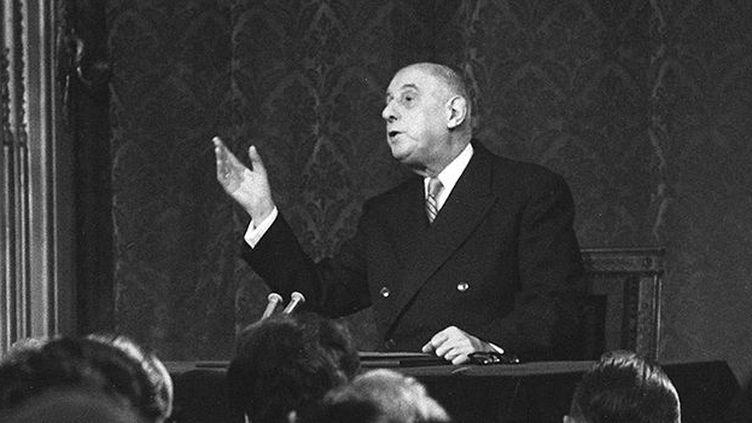 Conférence de presse du président français Charles de Gaulle, au cours de laquelle il annonce le retrait de la France de l'OTAN. (AFP)