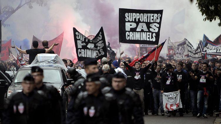 (Entre 800 et 1200 supporters de foot ont répondu samedi à l'appel de ceux du virage sud du stade  Gerland © Maxppp)