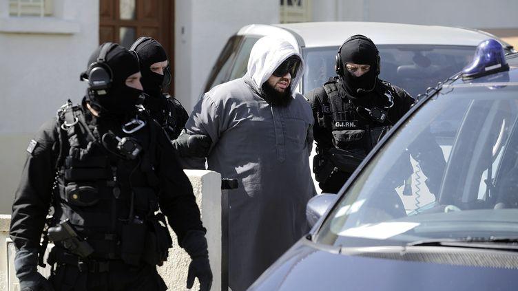 Le GIPN interpelle le leader du groupe islamiste radical Forsane Alizza, Mohamed Achamlane, à Bouguenais (Loire-Atlantique), vendredi 30 mars 2012 (JEAN-SEBASTIEN EVRARD / AFP)