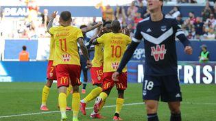 Les Lensois célèbrent un but contre Bordeaux, dimanche 12 septembre. (ROMAIN PERROCHEAU / AFP)