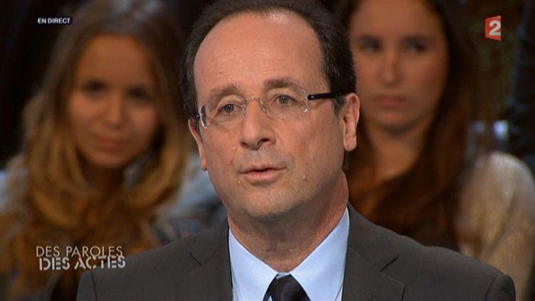 """Le candidat socialiste François Hollande était l'invité de l'émission """"Des paroles et des actes"""" sur France 2 le 15 mars 2012. (CAPTURE FTVI)"""