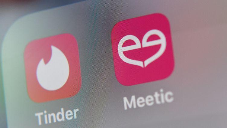 Logos des plateformes de rencontres en ligne Tinder et Meetic. (DENIS CHARLET / AFP)