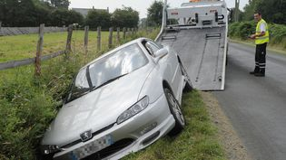 Une voiture dans un fossé à La Suze-sur-Sarthe (Sarthe), le 1er août 2014. (JEAN-FRANÇOIS MONIER / AFP)