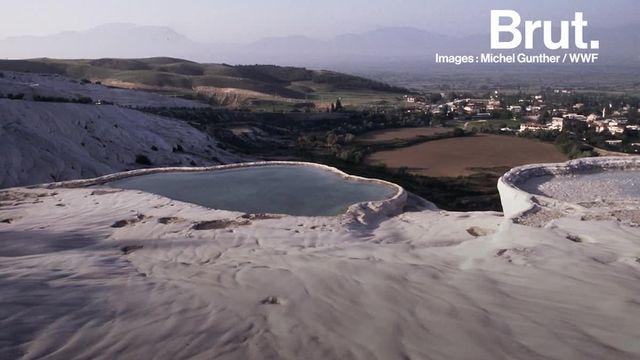 """Sources d'eau chaude et piscines naturelles. Bienvenue au """"château de coton""""."""
