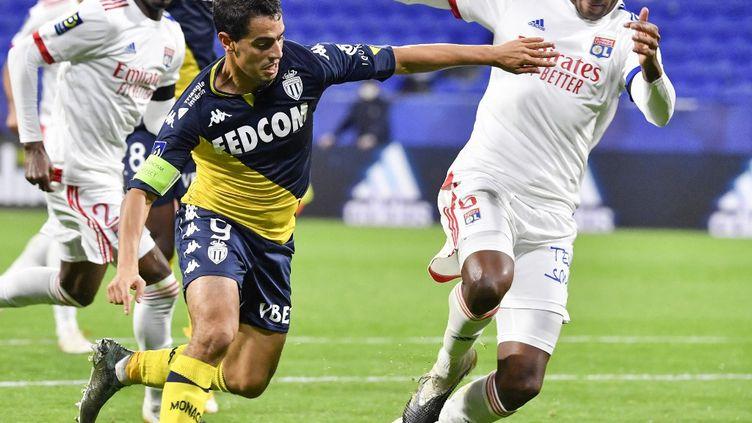 Wissam Ben Yedder et Marcelo lors du match aller entre Monaco et l'Olympique Lyonnais, le 25 octobre 2020. (PHILIPPE DESMAZES / AFP)