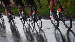 L'équipe Ineos-Grenadiers à l'avant du peloton sur la sixième étape du Tour d'Italie 2021, jeudi 13 mai. (DARIO BELINGHERI / AFP)