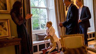La duchesse de Cambridge, Kate, le prince George, Barack Obama et le prince William au palais de Kensington (Londres, Royaume-Uni), le 22 avril 2016. (REUTERS)
