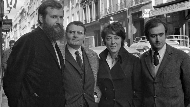 La poétesse et chanteuse Hélène Martin entourée par l'écrivain Hervé Bazin (à gauche) et le dessinateurGeorges Wolinski (à droite) en 1967.  (GEORGES HERNAD / INA)