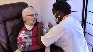 Une résidente d'un Ehpad de Clapiers (Hérault) est vaccinée contre le Covid-19 par une infirmière, le 3 février 2021. (MAXPPP)