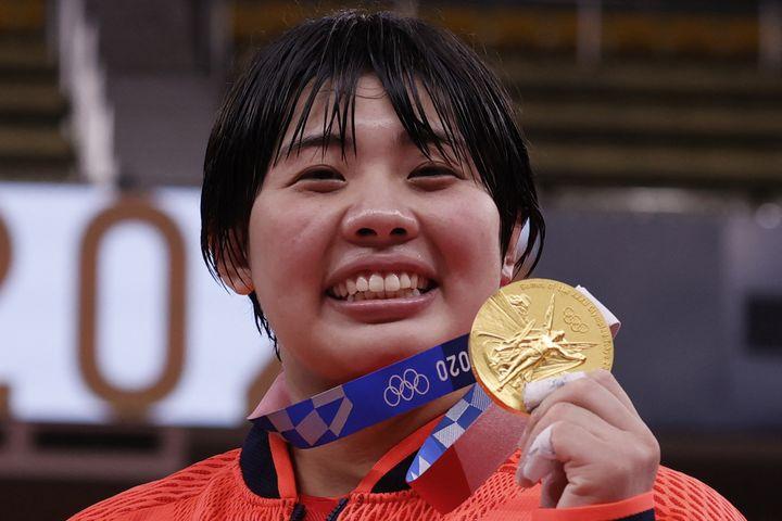 Akira Sone a apporté l'une des médailles d'or au Japon en judo et pose ici avec sa breloque, le 30 juillet (JACK GUEZ / AFP)