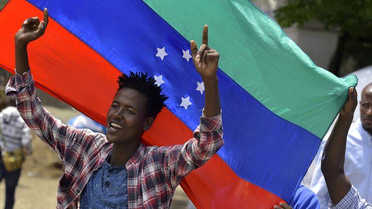 Un jeune homme laisse éclater sa joie à Hawassa (sud de l'Ethiopie), le 15 juilet 2019, quandles chefs de la communauté sidama annoncent leur intention de créer leur propre région. (MICHAEL TEWELDE / AFP)