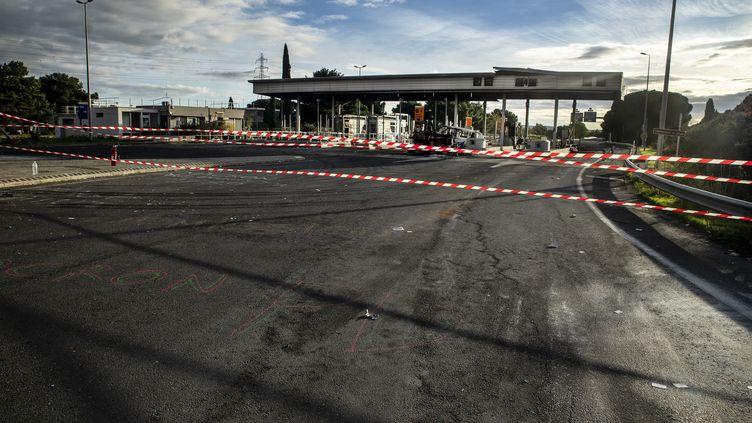 Le péage de Narbonne (Aude) a été incendié à plusieurs reprises, ici le 3 décembre 2018. (IDRISS BIGOU-GILLES / HANS LUCAS / AFP)