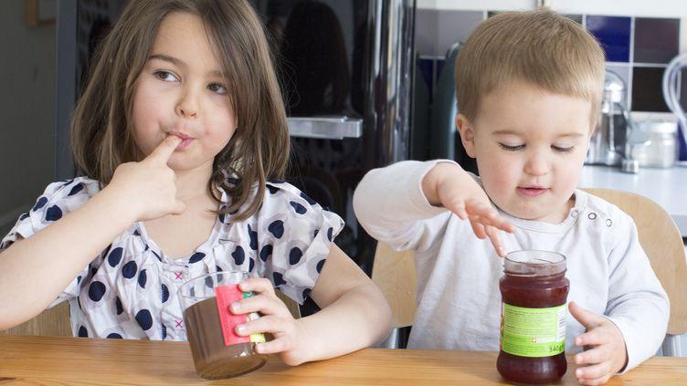 """Selon l'Anses, préparer des aliments """"faits maison"""" peut aussi faciliterla réduction des sucresconsommés par lesenfants. (ANNE-SOPHIE BOST / AFP)"""