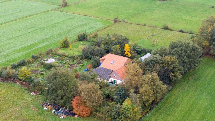 Vue aérienne, le 15 octobre 2019, de la ferme où une famille a été retrouvée, àRuinerwold, aux Pays-Bas. (WILBERT BIJZITTER / ANP / AFP)
