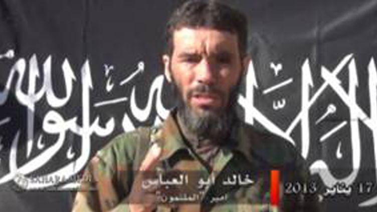 Le jihadiste Mokhtar Belmokhtar dans une vidéo diffusée le 20 janvier 2013. (SAHARA MEDIA / AFP)