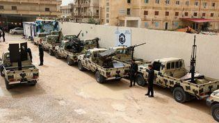 Des membres des forces armées du gouvernement de Tripoli (Libye), reconnu par la communauté internationale, inspectent, le 5 avril 2019 à Zawiyah (Libye), des véhicules confisqués au forces rivales du maréchal Haftar lors d'un accrochage la veille. (HANI AMARA / REUTERS)