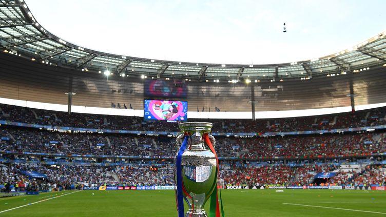 Le trophée Henri-Delaunay au stade de France, à quelques minutes de la finale de l'Euro entre la France et le Portugal, le 10 juillet 2016. (FRANCK FIFE / AFP)