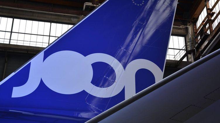 La dérive d'un A320 aux couleurs de Joon dans un hangar de Roissy (Val-d'Oise). (JEAN-CHRISTOPHE BOURDILLAT / RADIO FRANCE)