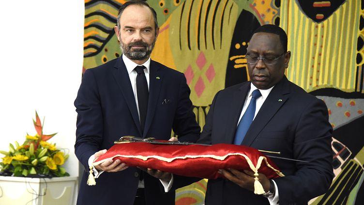 Le Premier ministre français Edouard Philippe a symboliquement remisle 17 novembreau président sénégalais Macky Sallle sabre d'Omar Saïdou Tall. (SEYLLOU / AFP )