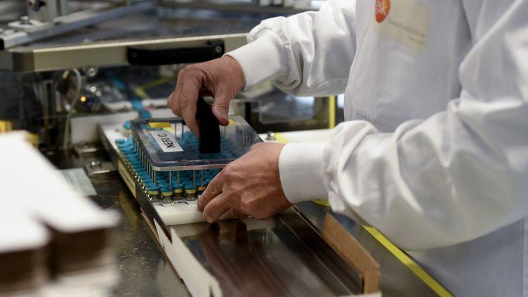 Un employéde l'usine pharmaceutique britannique GlaxoSmithKline, oùdoit être fabriqué l'adjuvant de vaccins contre le Covid-19,à Saint-Amand-les-Eaux(Nord), le 3 décembre 2020. (FRANCOIS LO PRESTI / AFP)
