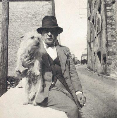 Pablo Picasso et le chienTrimm, à Vézelay dans l'Yonneen 1938. (Anonyme / collection particulière)