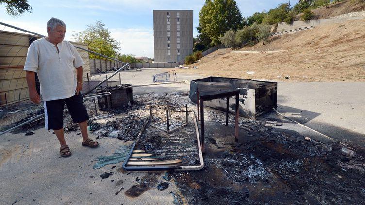 Des habitants d'une cité marseillaise ont chassés les Roms d'un campement avant d'y mettre le feu, jeudi 27 septembre 2012. (ANNE-CHRISTINE POUJOULAT / AFP)